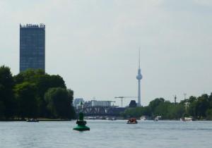 Berlin_Tretboot_Fernsehturm und Allianztower